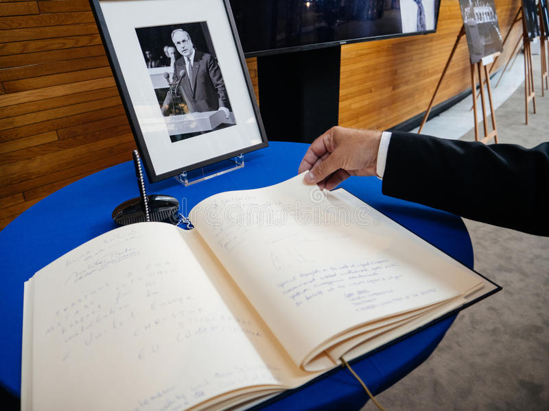 condoleances书赫尔穆特・科尔的欧洲议会的 库存图片