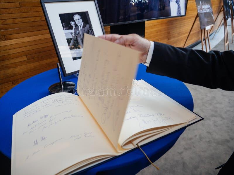 condoleances书赫尔穆特・科尔的欧洲议会的 库存照片