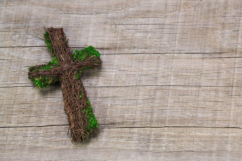 Condolencia: cruz hecha a mano de madera en un fondo fotos de archivo