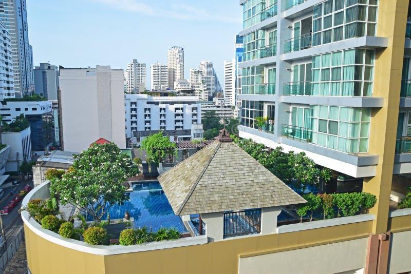 Condomínio luxuoso com piscina bonita imagem de stock royalty free