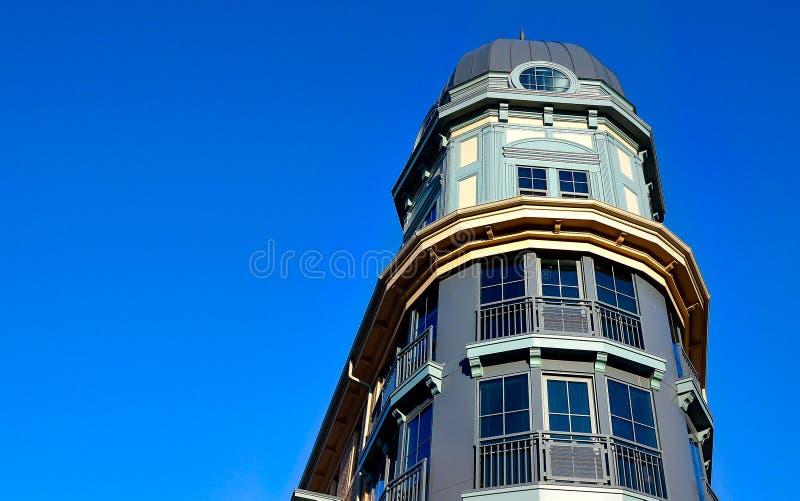 Condomínio ou prédio de apartamentos alto luxuoso da elevação imagens de stock
