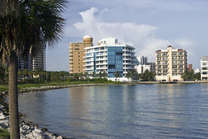 Condomínios do beira-rio no louro de Sarasota foto de stock