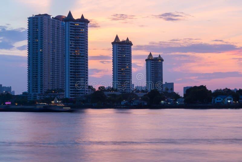 Condom?nio moderno das constru??es em Chao Phraya River Bangkok Thailand no nascer do sol foto de stock royalty free
