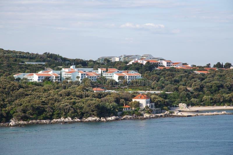 Condomini bianchi con i tetti di mattonelle rosse in Croazia fotografie stock