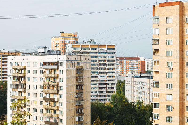 Condomini del quartiere urbano nella penombra fotografie stock
