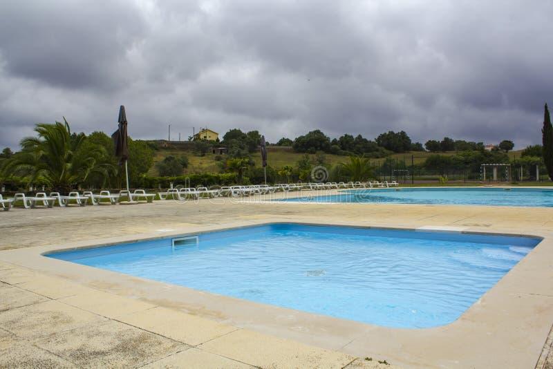 Condominio de la piscina en privado fotos de archivo