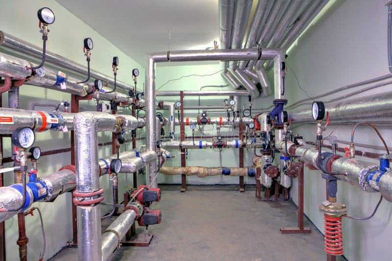 Condominio della conduttura del sistema di riscaldamento, con controllo e il meteri fotografia stock