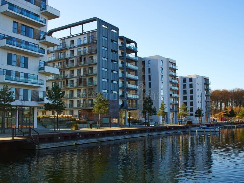Condominio lujoso de los apartamentos del diseño moderno imagen de archivo