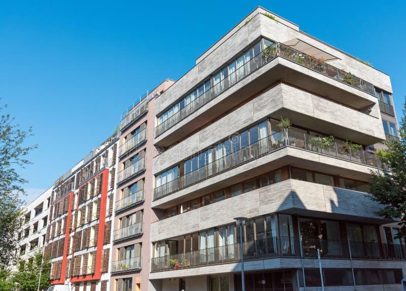 Condominio moderno con una facciata concreta fotografie stock