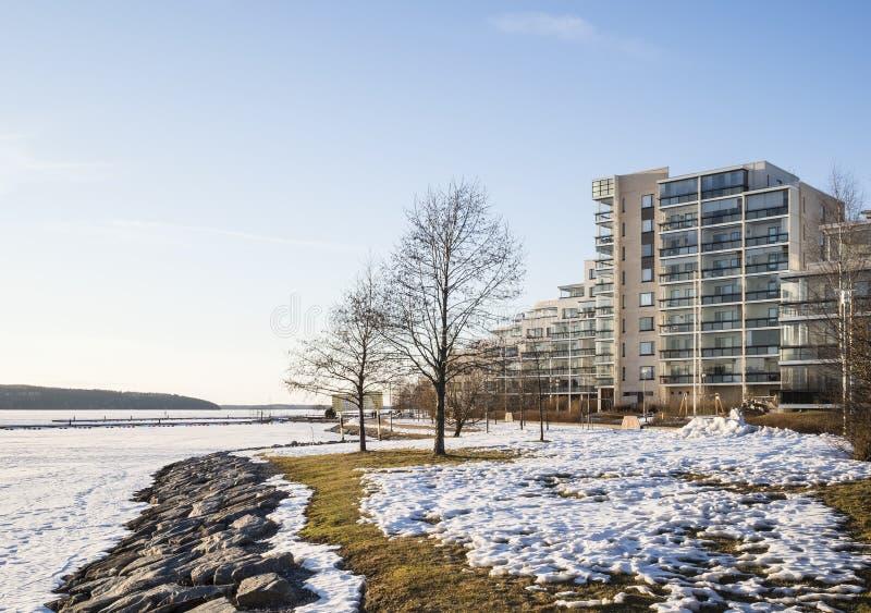 Condominio nel bello paesaggio della molla accanto al lago immagine stock