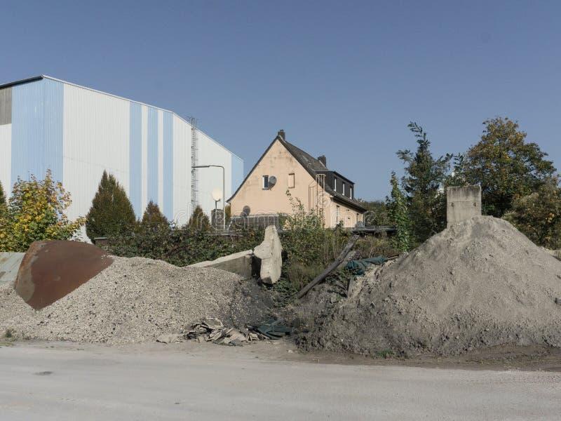 Condominio in una zona industriale accanto ad un fabbricato industriale immagini stock libere da diritti