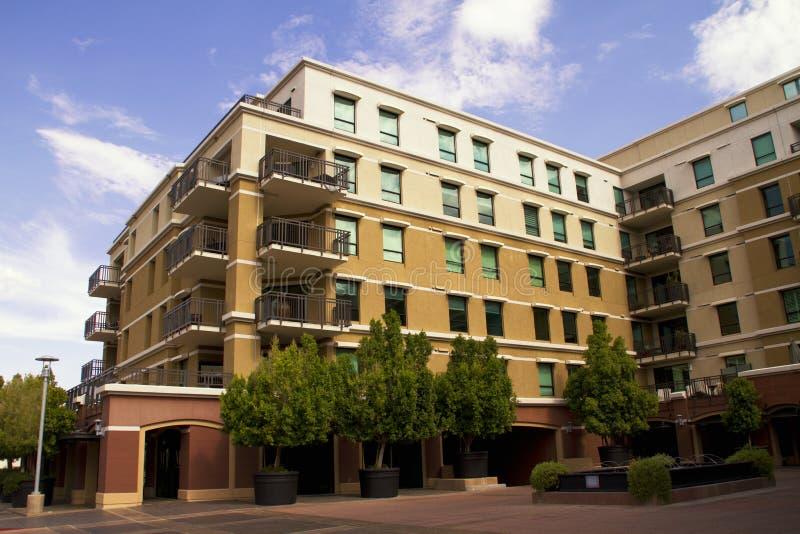 Condominios céntricos modernos imagen de archivo libre de regalías