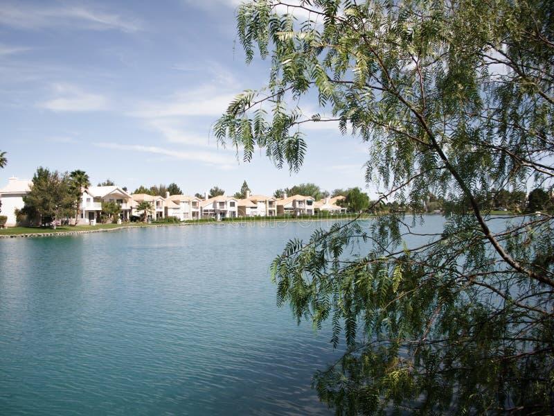 Condominios de lujo en el lago artificial fotos de archivo libres de regalías