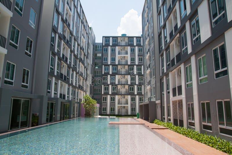 Condominium avec la piscine images libres de droits
