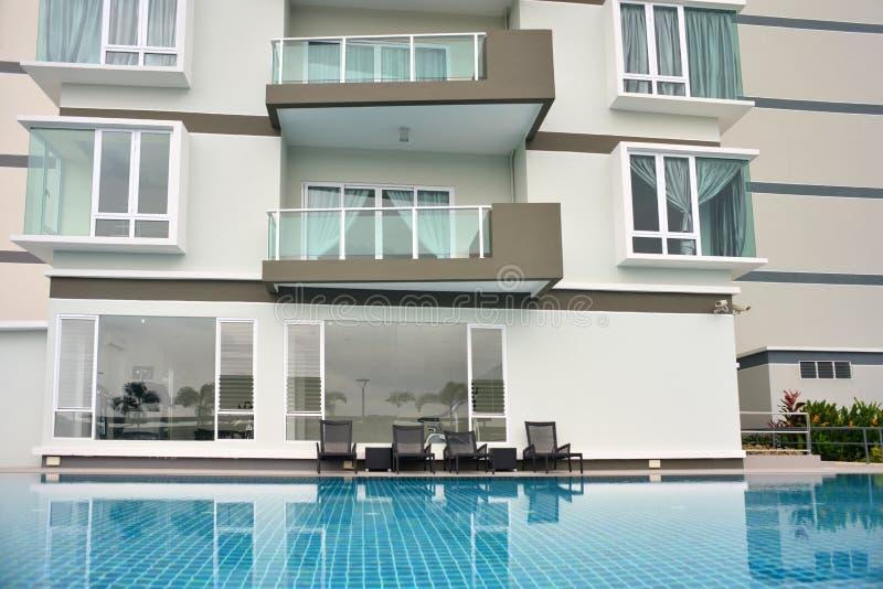 Condominium générique extérieur avec la piscine image libre de droits