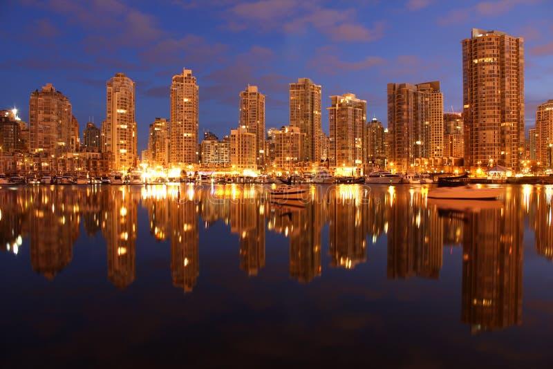Condominiums crépusculaires de Yaletown, Vancouver image libre de droits