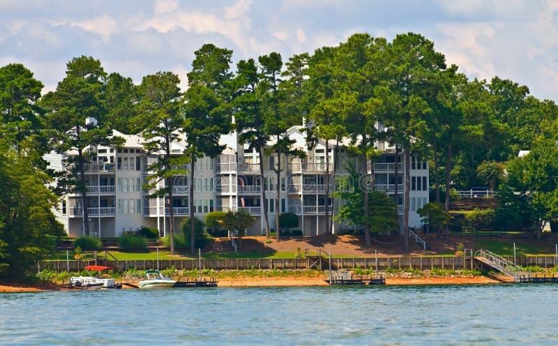 Condominiums sur l'eau image stock