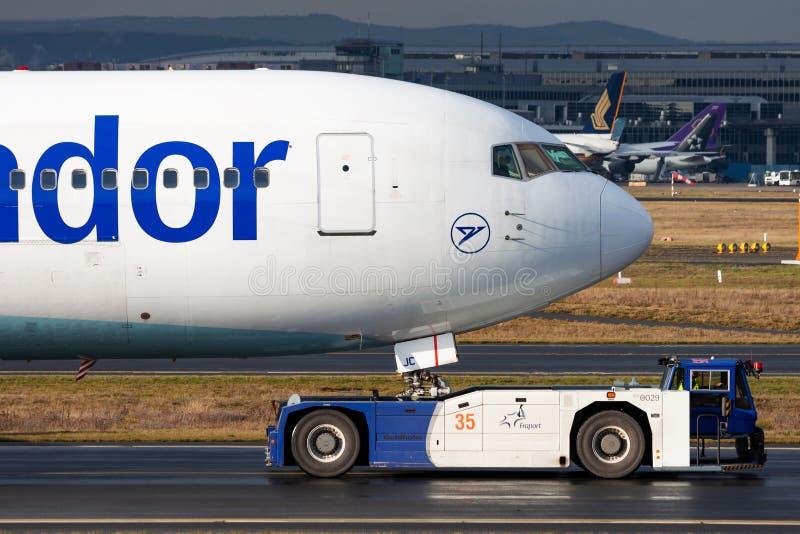 Condor Boeing 767-300 Aereo da passeggeri G-DAJC in rullaggio all'aeroporto di Francoforte fotografia stock