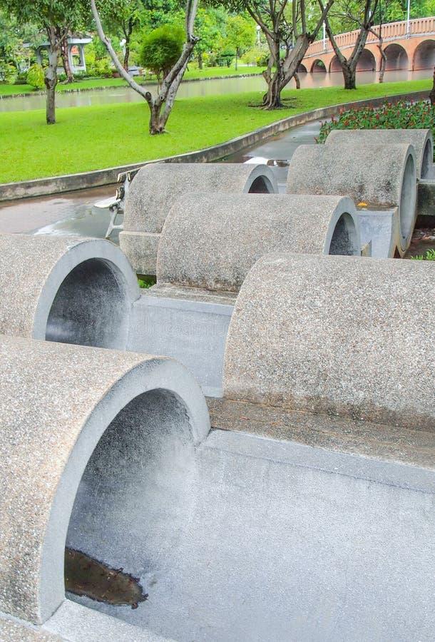 Condotta di cemento della scultura in parco fotografie stock libere da diritti