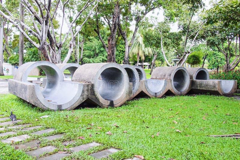Condotta di cemento grigia della scultura all'aperto in giardino immagine stock