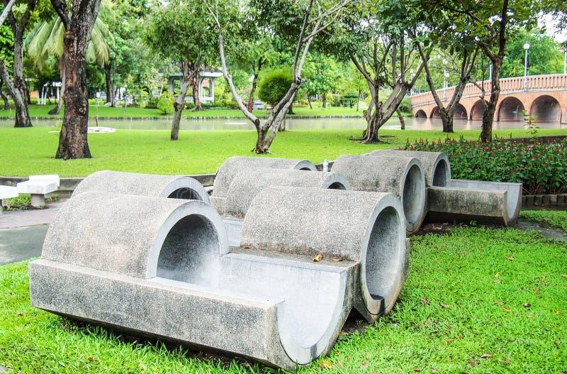 Condotta di cemento grigia della scultura in parco immagini stock libere da diritti