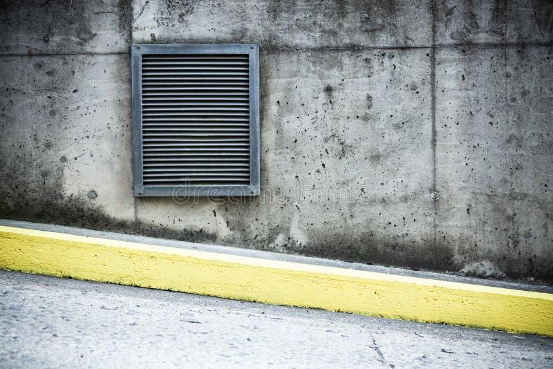 Condotta di ventilazione del muro di cemento e dell'aria di lerciume fotografia stock libera da diritti