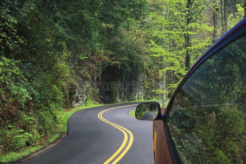 Condução através das estradas de enrolamento das montanhas fumarentos imagem de stock royalty free