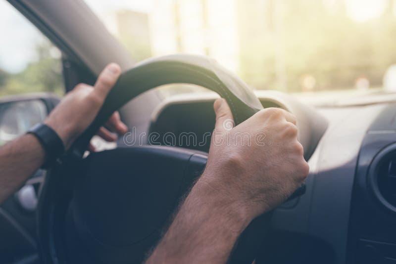 Condução através das ruas da cidade imagem de stock