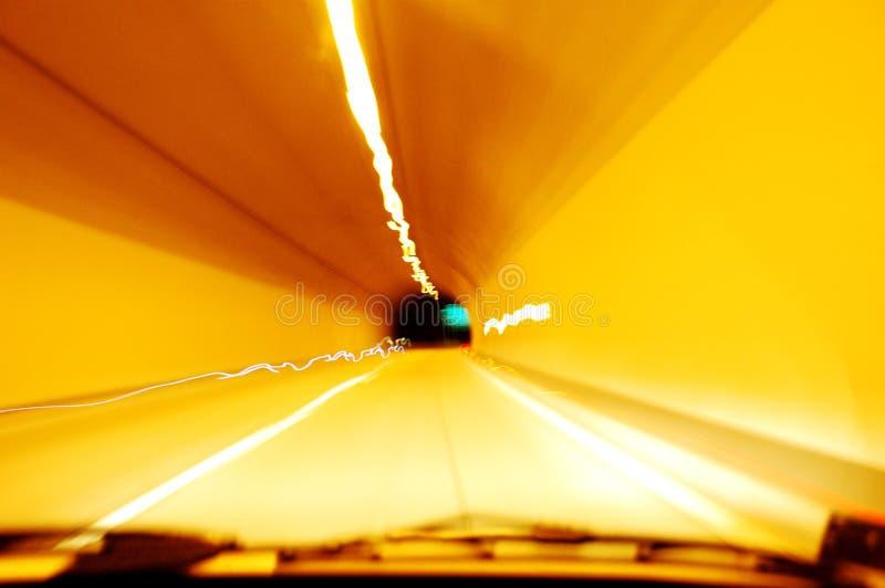 Condução através do túnel na noite fotografia de stock