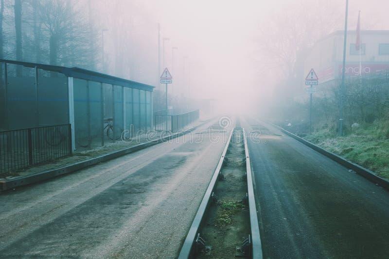 Condução busway guiada na névoa imagem de stock