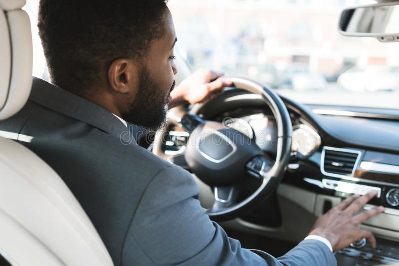 Condução com conforto Empresário tocando painel no carro imagens de stock royalty free