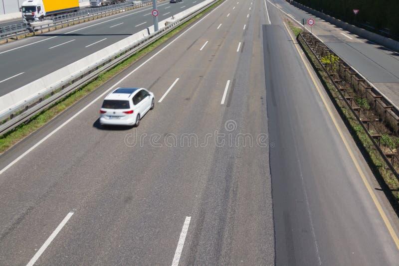 Condução constantemente à esquerda em uma estrada da três-pista fotos de stock