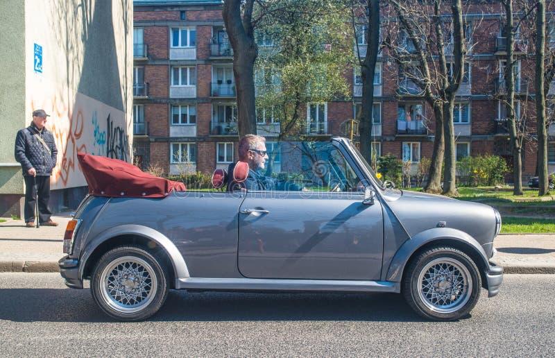 Condução convertível clássica de Mini Cooper fotos de stock royalty free