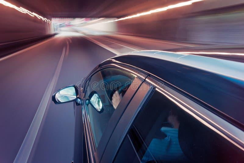 Condução de carro através de um túnel imagens de stock royalty free
