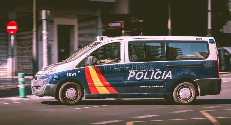 Condução de carro espanhola da polícia em uma avenida da cidade imagens de stock