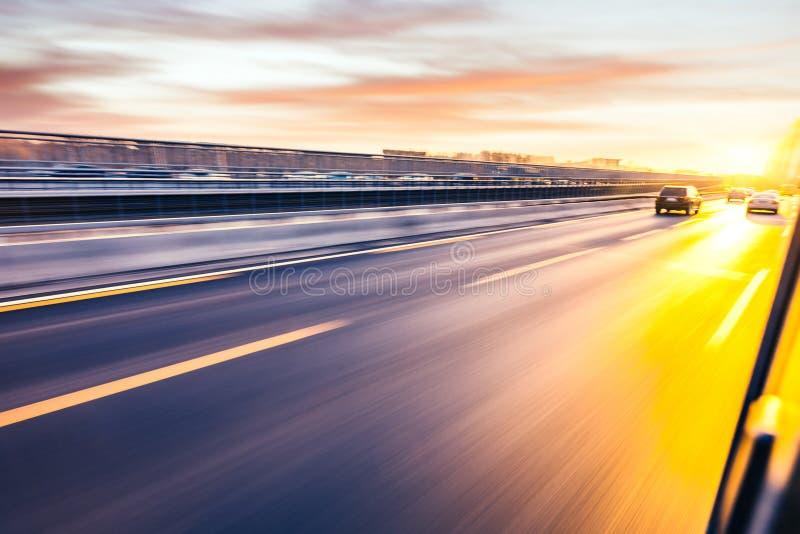 Condução de carro na autoestrada, borrão de movimento fotos de stock