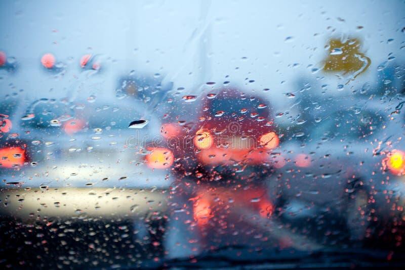 Condução de carro na chuva e na tempestade fotografia de stock