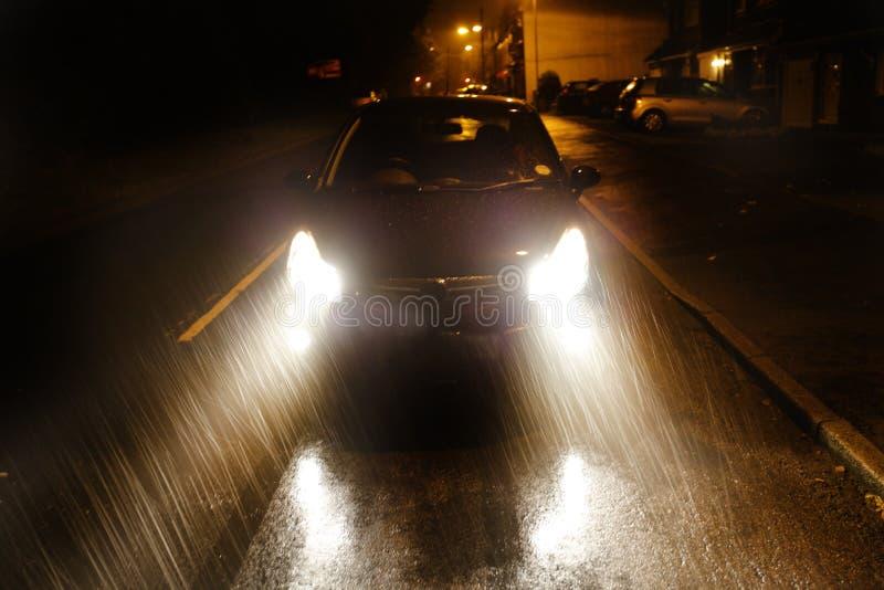 Condução de carro na chuva pesada foto de stock