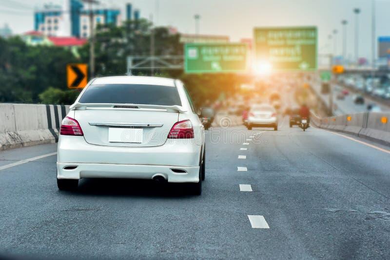 Condução de carro na estrada alta da maneira imagem de stock