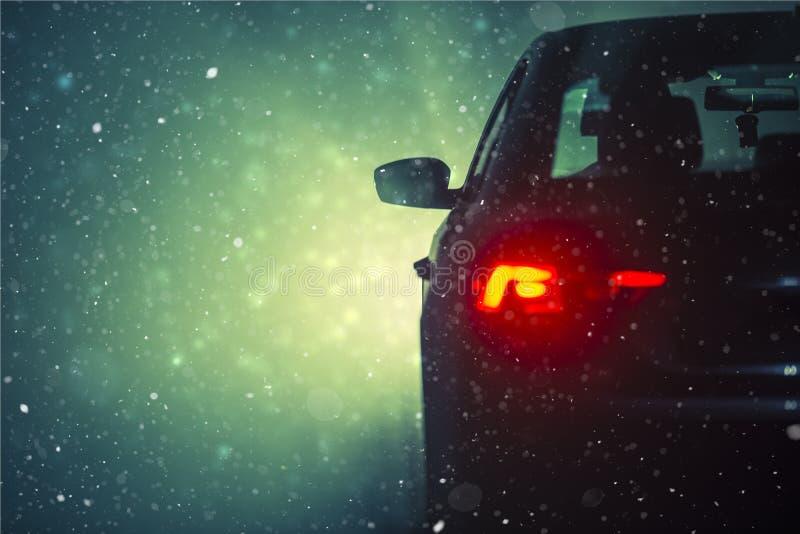 Condução de carro na neve imagens de stock