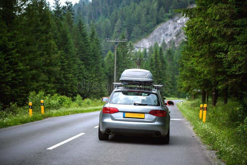Condução de carro nova rapidamente em uma estrada nas montanhas fotografia de stock