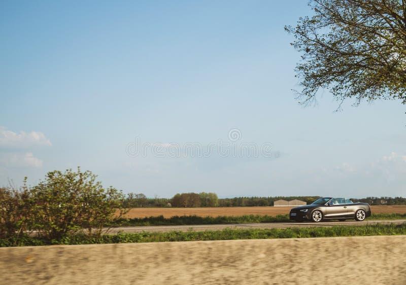 Condução de carro preta de Audi Convertible do carbono rapidamente foto de stock