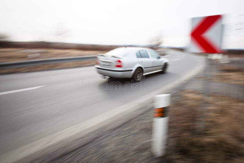 Condução de carro rapidamente com uma volta afiada imagem de stock