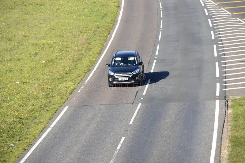 Condução de carro solitária em um estiramento do caminho do duelo imagem de stock royalty free