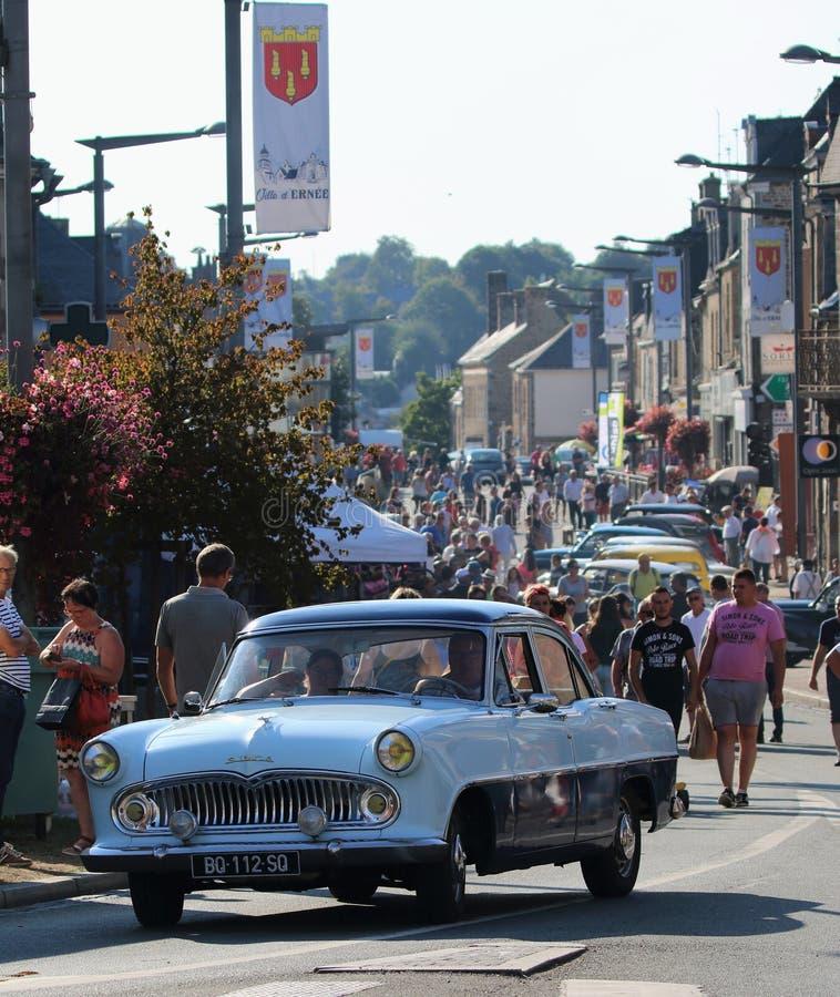 Condução de carro velha do vintage através da rua principal em Ernée, Mayenne, França no st Gregoire 2018 de Foire fotografia de stock royalty free