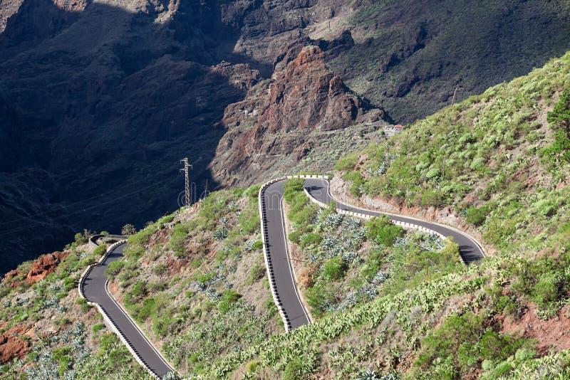 Condução de carros na estrada em montanhas de Macizo de Teno, ilha Tenerife do ziguezague da montanha TF-436, canário, Espanha Co imagens de stock
