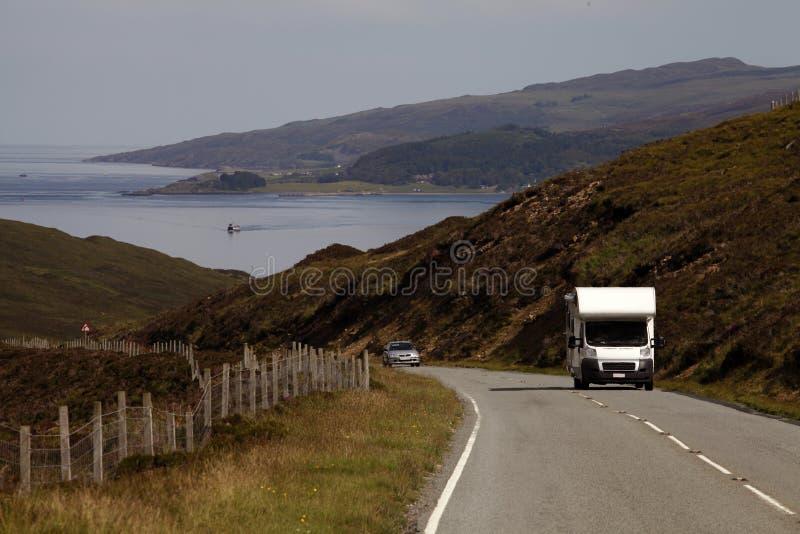 Condução de carros nas montanhas de Scotland foto de stock