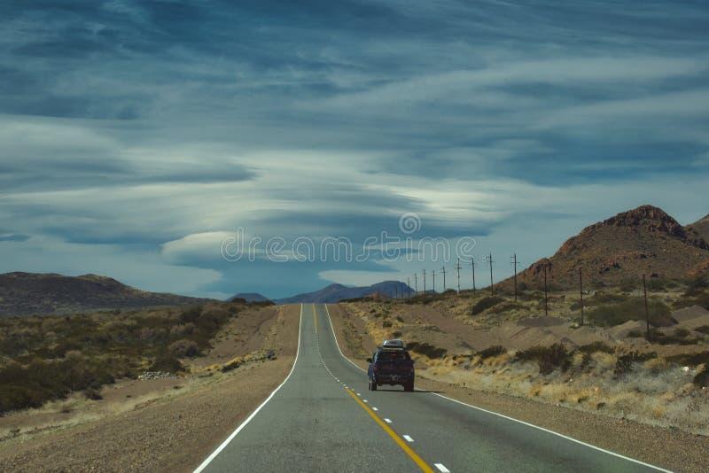 condução de veículo 4x4 ao longo de uma estrada do deserto fotos de stock