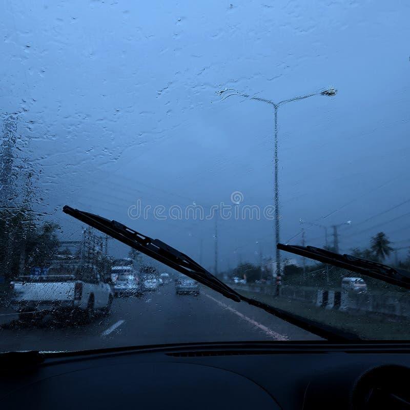 Condução de veículo perigosa na estrada chuvosa e escorregadiço pesada imagem de stock