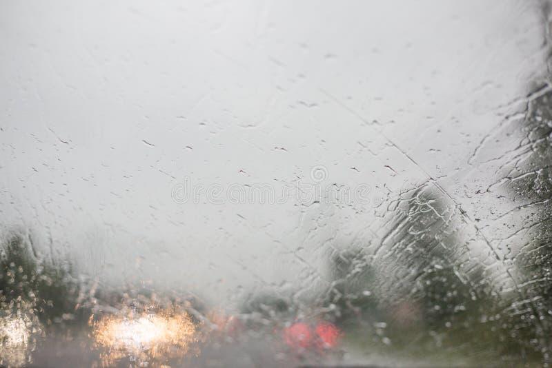 Condução de veículo perigosa na estrada chuvosa e escorregadiço pesada foto de stock royalty free